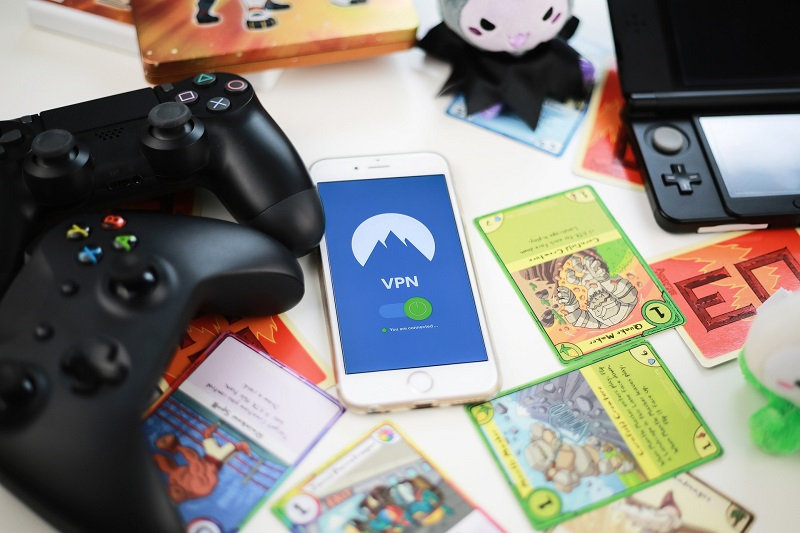 Gaming-Controller und Sammelkarten mit einem Smartphone mit VPN-Verbindung