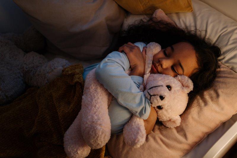 Ein Kind schläft mit Nachtlicht