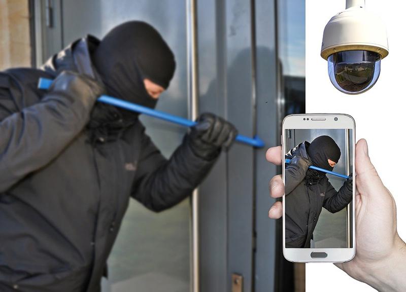 Der Einbruch wird durch den Türspion gefilmt und durch die WLAN-Funktion auf das Handy übertragen