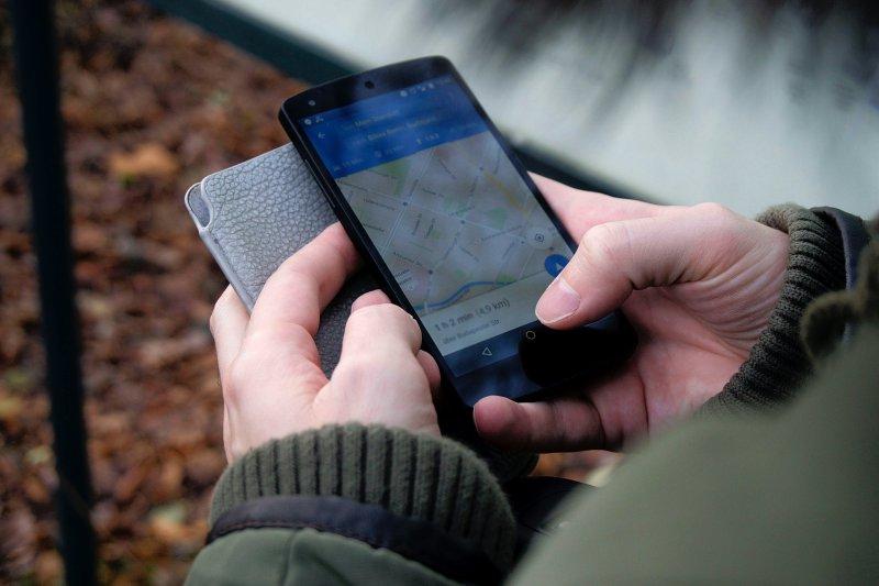 Ein Mann mit einem Bluetooth-Tracker an seinem Handy