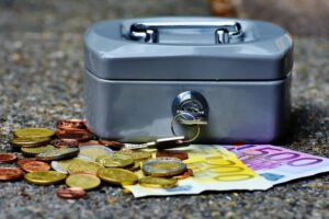 Eine Geldkassette im Scheinen
