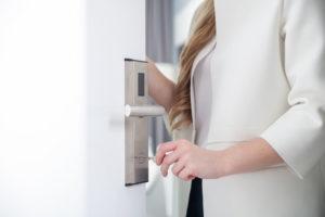 Frau öffnet ein Sicherheitsschloss